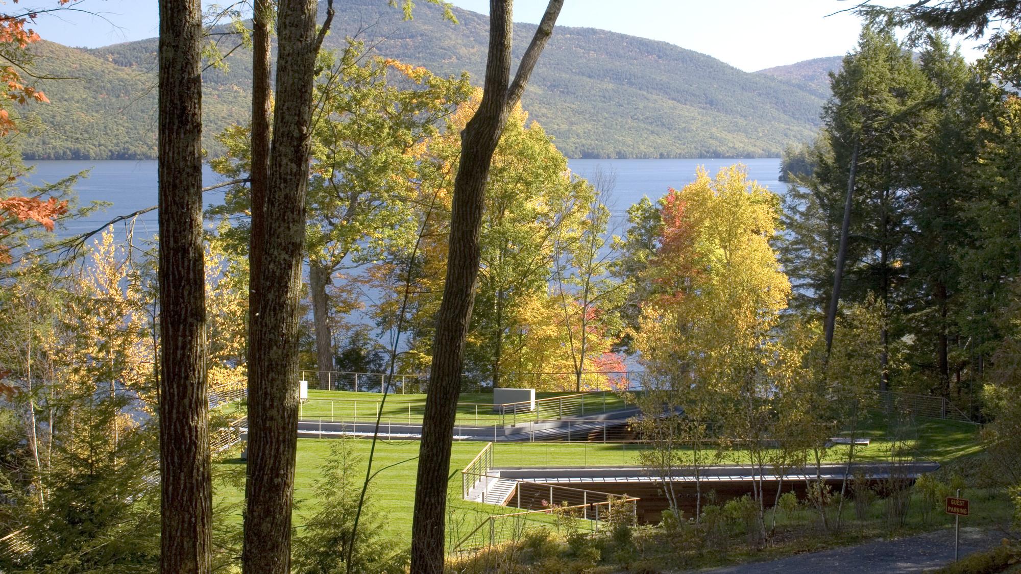 Место возле озера   Зеленые крыши
