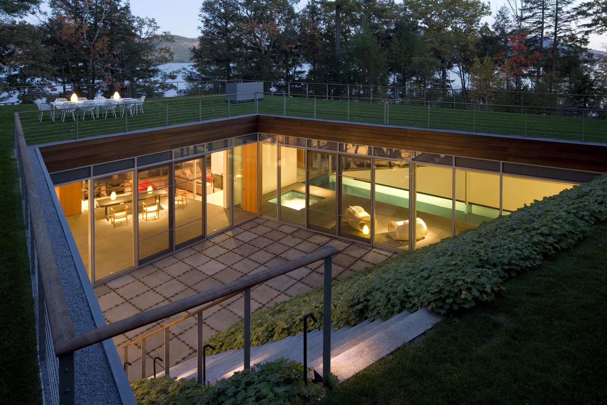 Дом у озера - вид сверху   Зеленые крыши